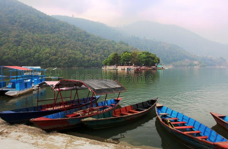 Barcos no lago Phewa em Pokhara, Nepal fotografia de stock royalty free