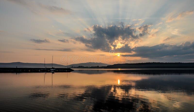 Barcos no lago Por do sol no lago Garda em Itália, Europa Noite bonita do verão imagens de stock
