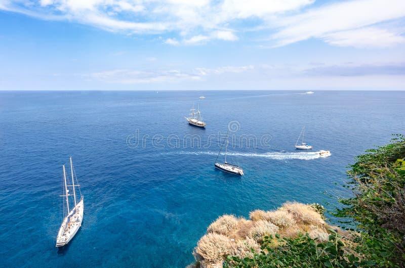 Barcos no mar azul fotos de stock