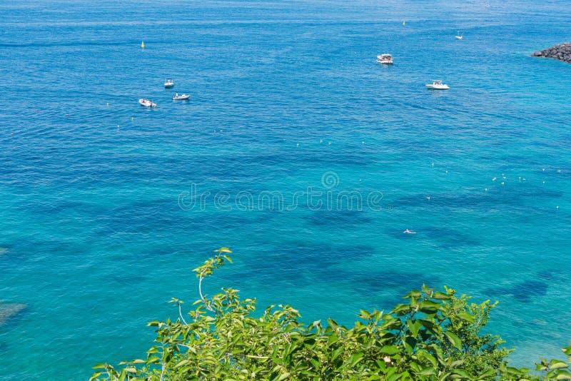 Barcos no mar da turquesa de Capri em um dia ensolarado fotos de stock royalty free