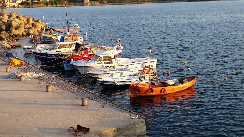 Barcos no Mar Negro em Ahtopol foto de stock royalty free