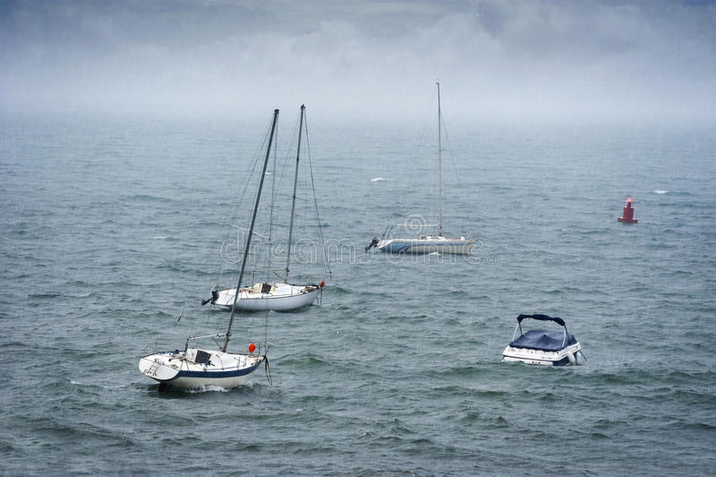 Barcos no mar tormentoso fotografia de stock royalty free