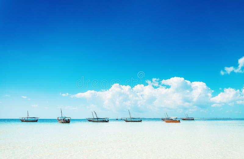 Barcos no oceano em Zanzibar no dia ensolarado imagem de stock