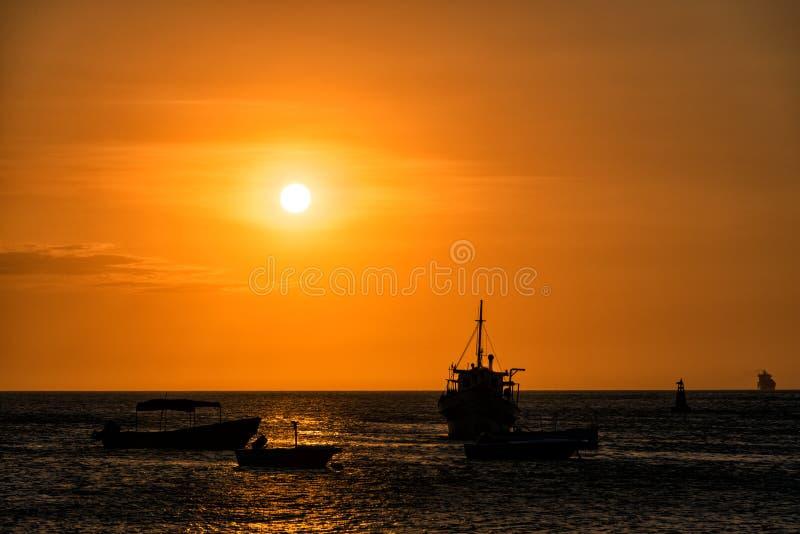 Barcos no por do sol imagens de stock