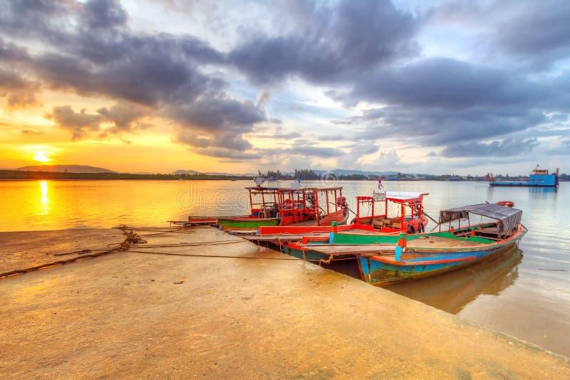 Barcos no porto da ilha de Kho Khao do Koh fotos de stock royalty free