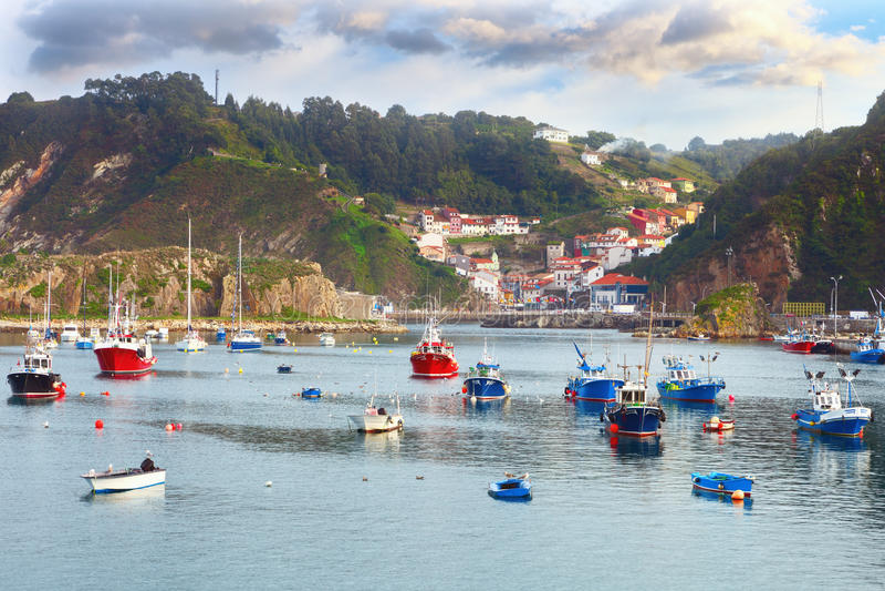 Barcos no porto de pesca de Cudillero, as Astúrias, Espanha fotos de stock royalty free