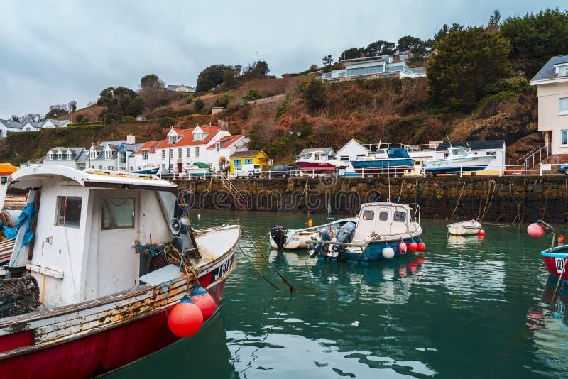 Barcos no porto de Rozel, jérsei, ilhas channel, Reino Unido, Europa imagem de stock