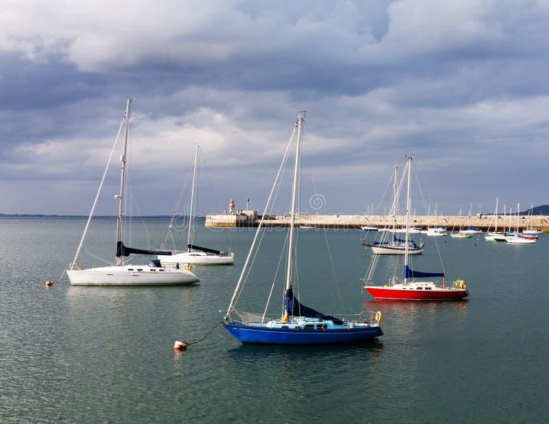 Barcos no porto do Dun Laoghaire, Irlanda fotos de stock royalty free