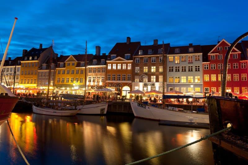 Barcos no porto em Nyhavn na noite fotos de stock royalty free