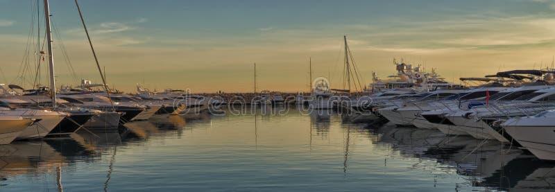 Barcos no porto mediterrâneo no por do sol, nas reflexões na água e no céu bonito, portais portais, mallorca, spain fotos de stock royalty free