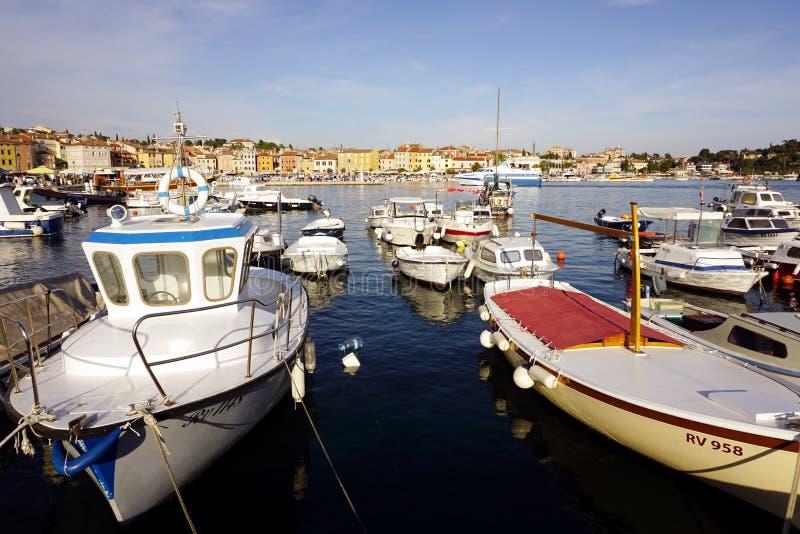 Barcos no porto na cidade de Rovinj na península de Istrian na Croácia fotografia de stock