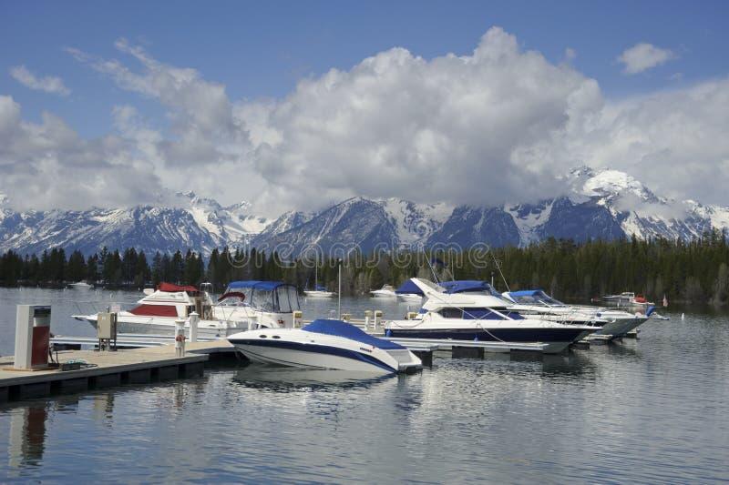 Barcos no porto no lago grande Teton foto de stock