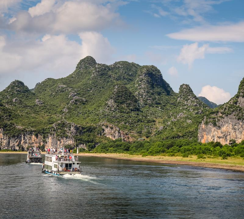 Barcos no reiver, Guilin, China com montanhas do cársico foto de stock royalty free
