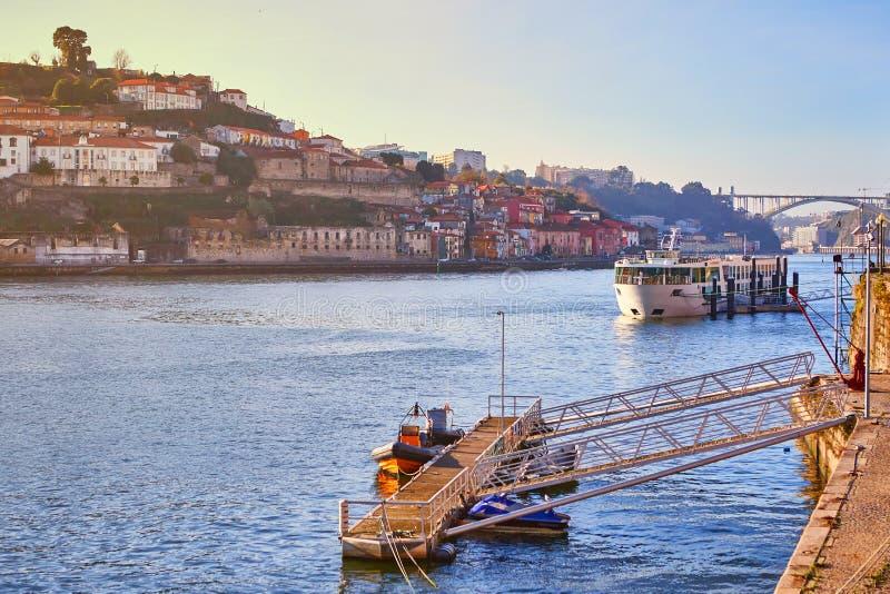 Barcos no rio de Douro com vista em telhados vermelhos da casa de campo lateral Nova de Gaia em Porto Conceito do curso do mundo, imagens de stock royalty free
