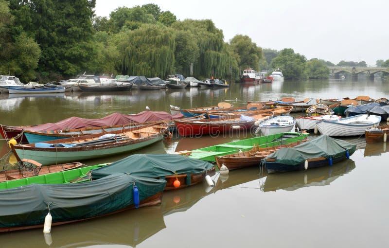 Barcos no rio Tamisa em Richmond London imagem de stock royalty free