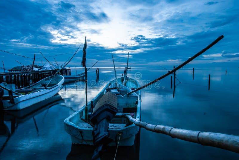 Barcos o canoas en el muelle y la puesta del sol azul en Campeche México foto de archivo libre de regalías