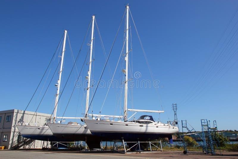 Barcos o yates para la venta en una yarda del barco. foto de archivo libre de regalías