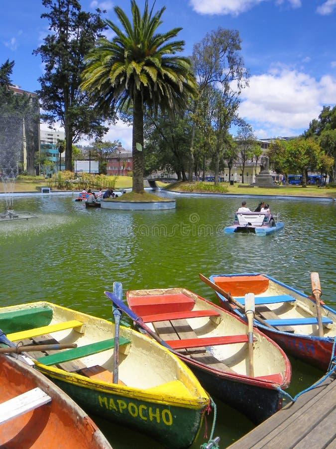 Barcos para o aluguel no parque de Alameda do La, Quito, Equador imagem de stock
