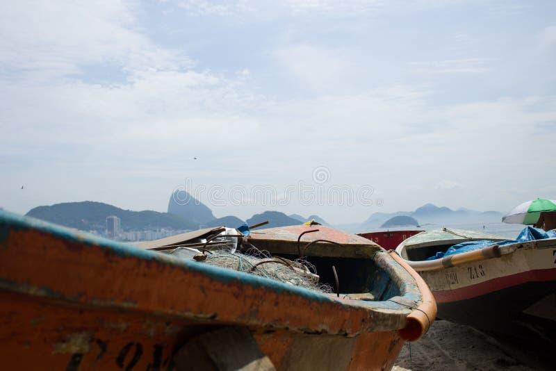 Barcos parqueados al borde de la playa del copacabana fotos de archivo