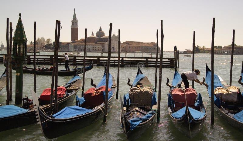 Barcos parqueados de la góndola en Venecia, Italia imagenes de archivo