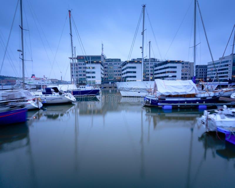 Barcos parqueados en aún agua durante una mañana de niebla fotografía de archivo libre de regalías