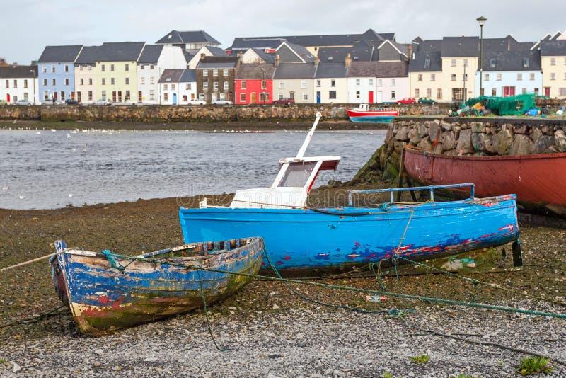 Barcos pesqueros en tierra en Claddagh fotografía de archivo