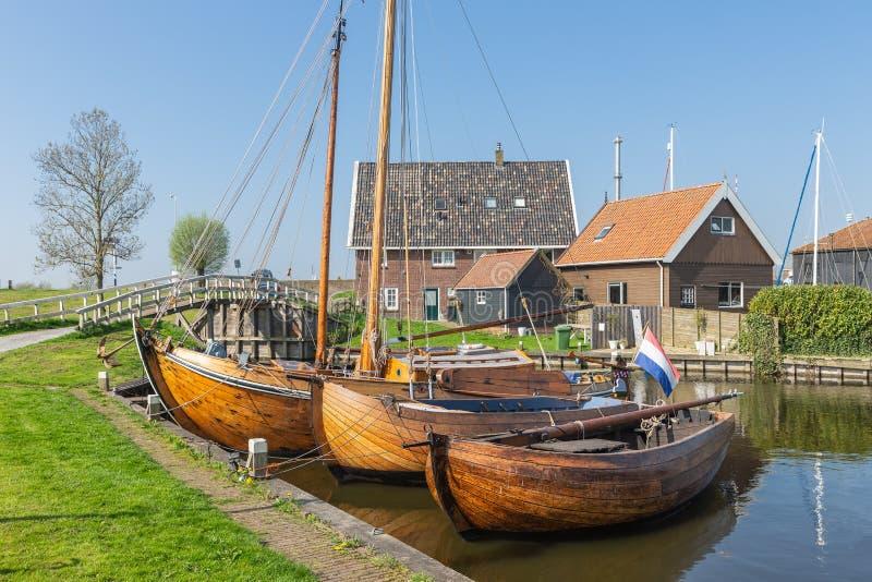 Barcos pesqueros históricos anclados en el pueblo pesquero holandés Workum del puerto foto de archivo