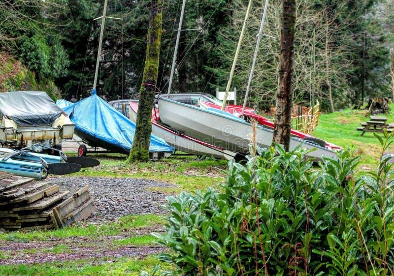 Barcos por el lago imagenes de archivo