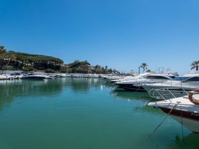 Barcos privados en pequeño puerto cerca de Mazarron, España, Mursia foto de archivo