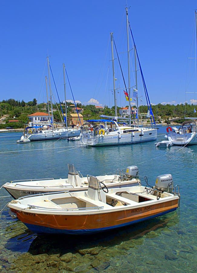 Barcos que amarran, puerto Grecia de Fiskardo imagen de archivo