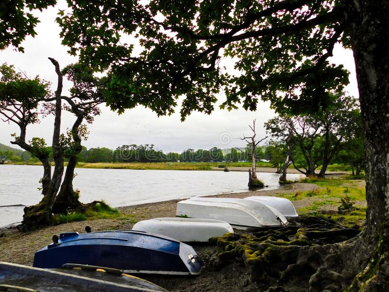 Barcos que cercam o lago Ullswater fotografia de stock royalty free