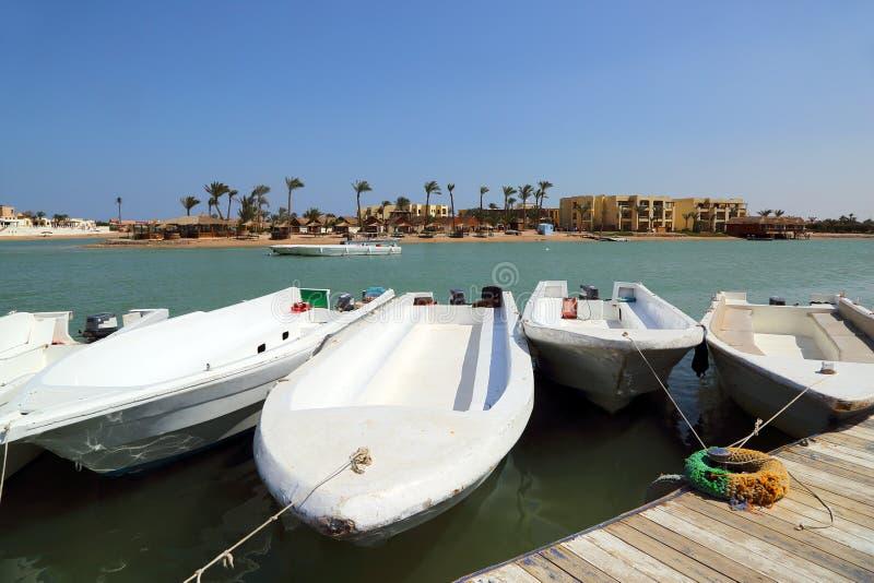 Barcos que estão no canal do cais de EL Gouna imagem de stock royalty free