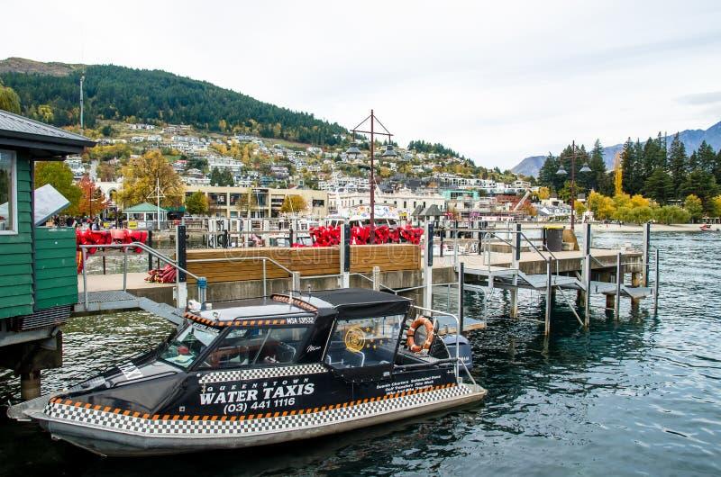 Barcos que estacionam no molhe do lago Wakatipu em Queenstown, Nova Zelândia fotografia de stock