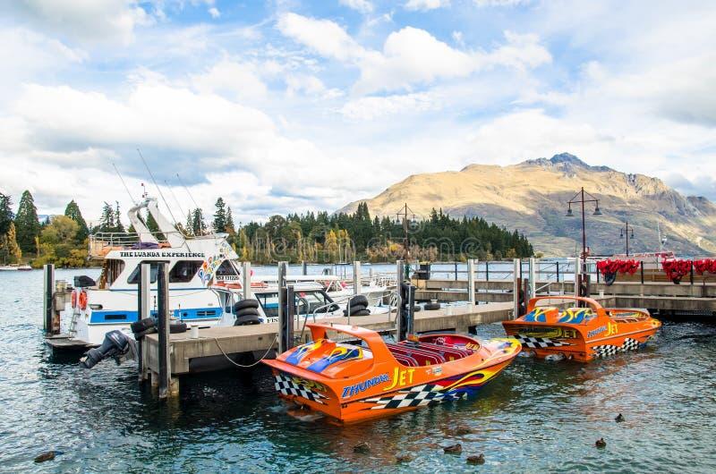 Barcos que estacionam no molhe do lago Wakatipu em Queenstown, Nova Zelândia fotos de stock