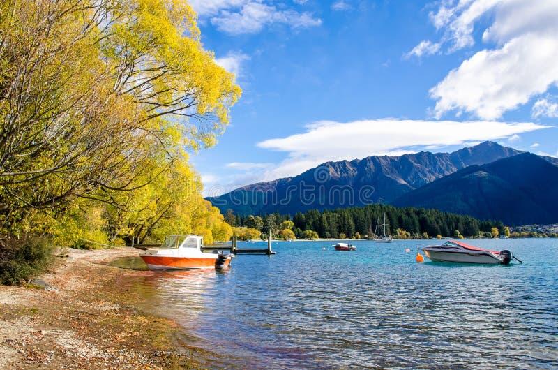 Barcos que estacionam no molhe do lago Wakatipu em Queenstown, Nova Zelândia imagem de stock