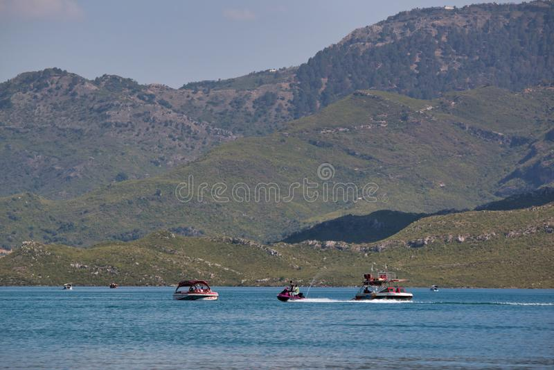 Barcos que navegam no lago fotos de stock