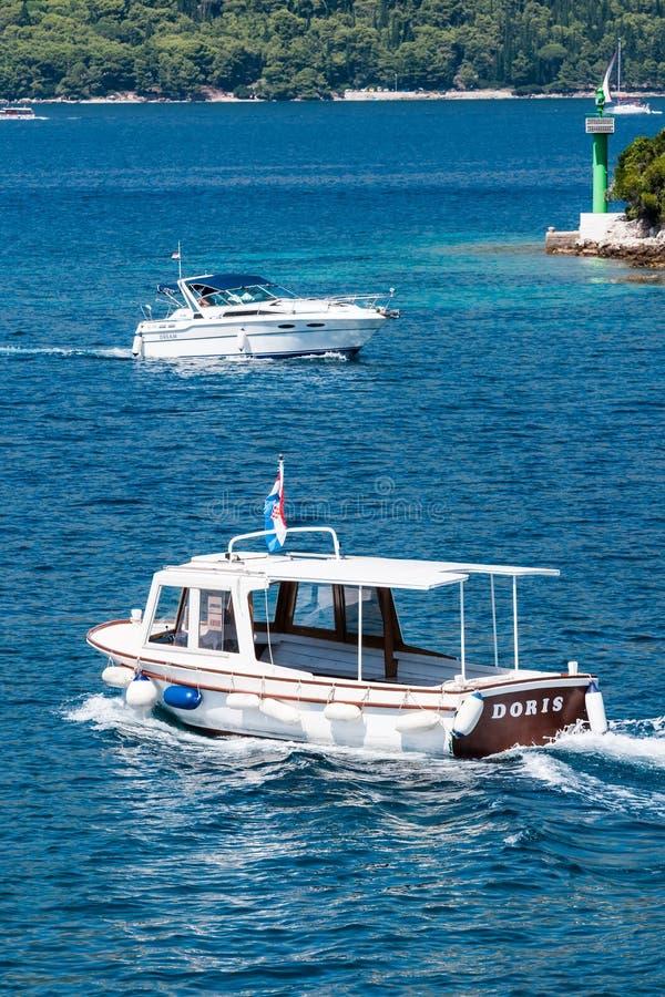 Barcos que navegam no mar de adriático na Croácia fotos de stock