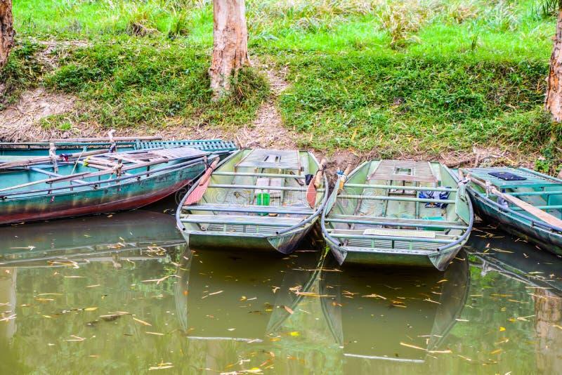 Barcos que reman viejos parqueados en el canal imagen de archivo libre de regalías