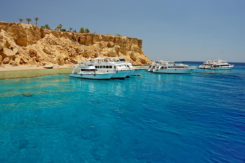 Barcos que se zambullen cerca de la isla de Tiran, al norte del Sharm el Sheikh, península del Sinaí, Mar Rojo, Egipto fotos de archivo libres de regalías