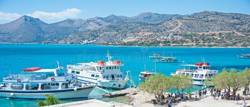 Barcos que visitan la isla de Spinalonga imagen de archivo libre de regalías