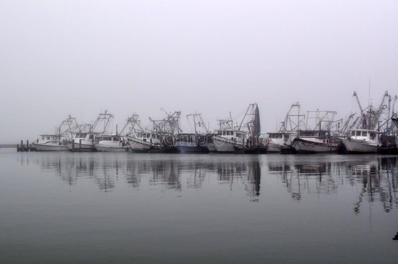 Barcos rastreadores en descanso fotografía de archivo