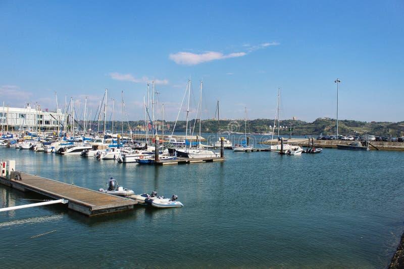 Barcos recreativos amarrados en el muelle fotografía de archivo