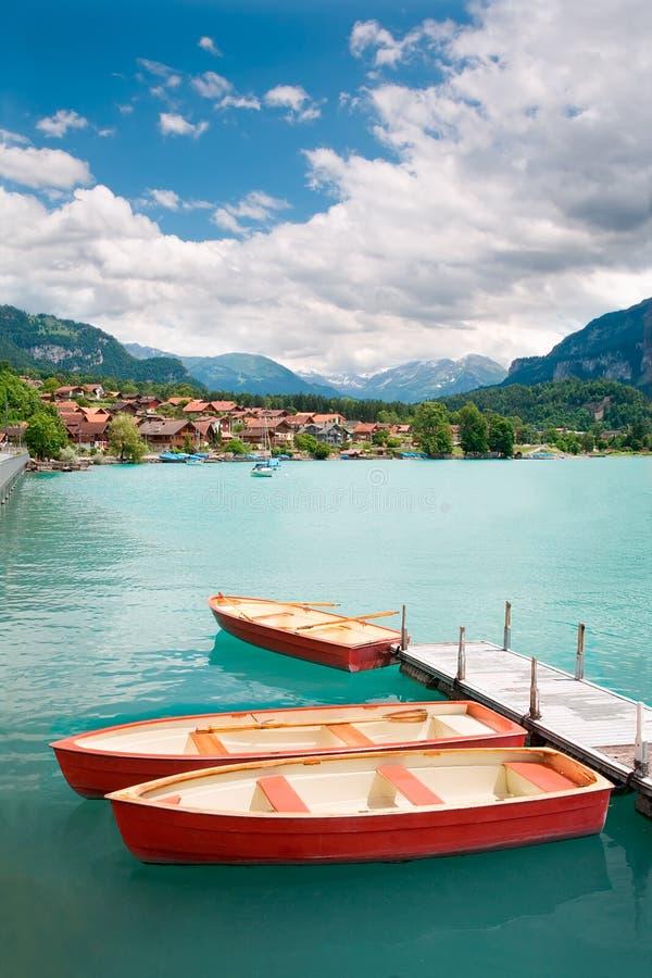 Barcos a remos no lago Brienz, cantão de Berne, Switzerland imagem de stock