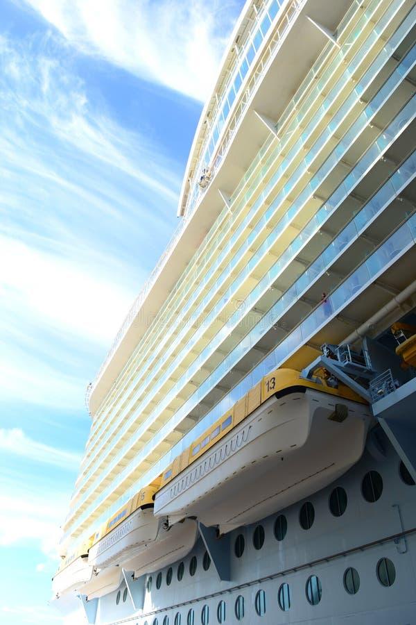 Barcos salva-vidas ao longo do lado de um navio de cruzeiro foto de stock royalty free