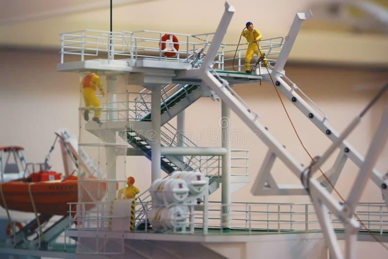 Barcos salva-vidas modelo do trabalho, instalation da segurança, trabalho no lançamento do bote de salvamento, zombaria trocista  foto de stock