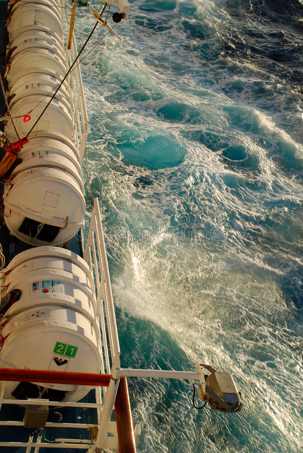 Barcos salva-vidas no navio de cruzeiros fotografia de stock
