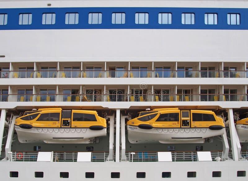 Barcos salva-vidas no navio de cruzeiros de Stella do aida abaixo das fileiras das cabines com os balcões amarrados em funchal ma fotografia de stock