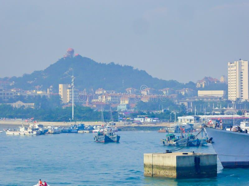 Barcos sightseeing de Qingdao no mar foto de stock royalty free