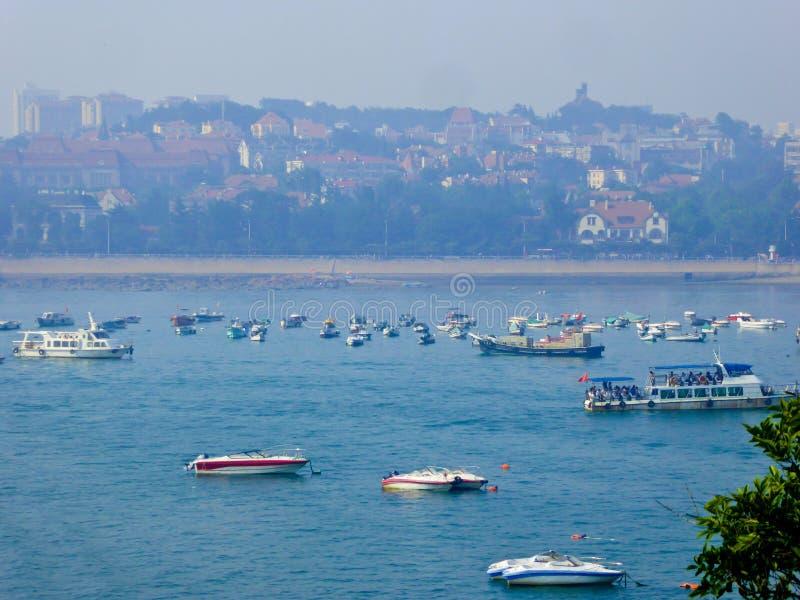 Barcos sightseeing do mar de Qingdao fotografia de stock