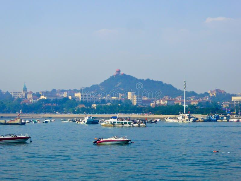 Barcos sightseeing do mar de Qingdao fotos de stock